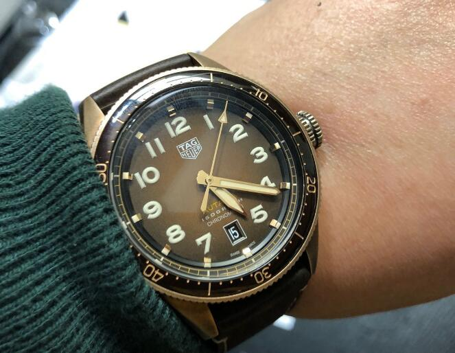 The gradient brown dial sports a distinctive look of retro style.