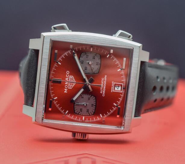 The red dial is inpired by the theme color of the Formula 1 at that era.