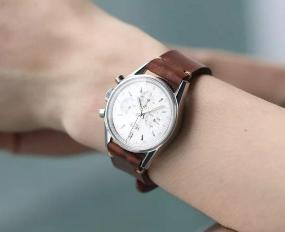 The timepiece is concise and simple.